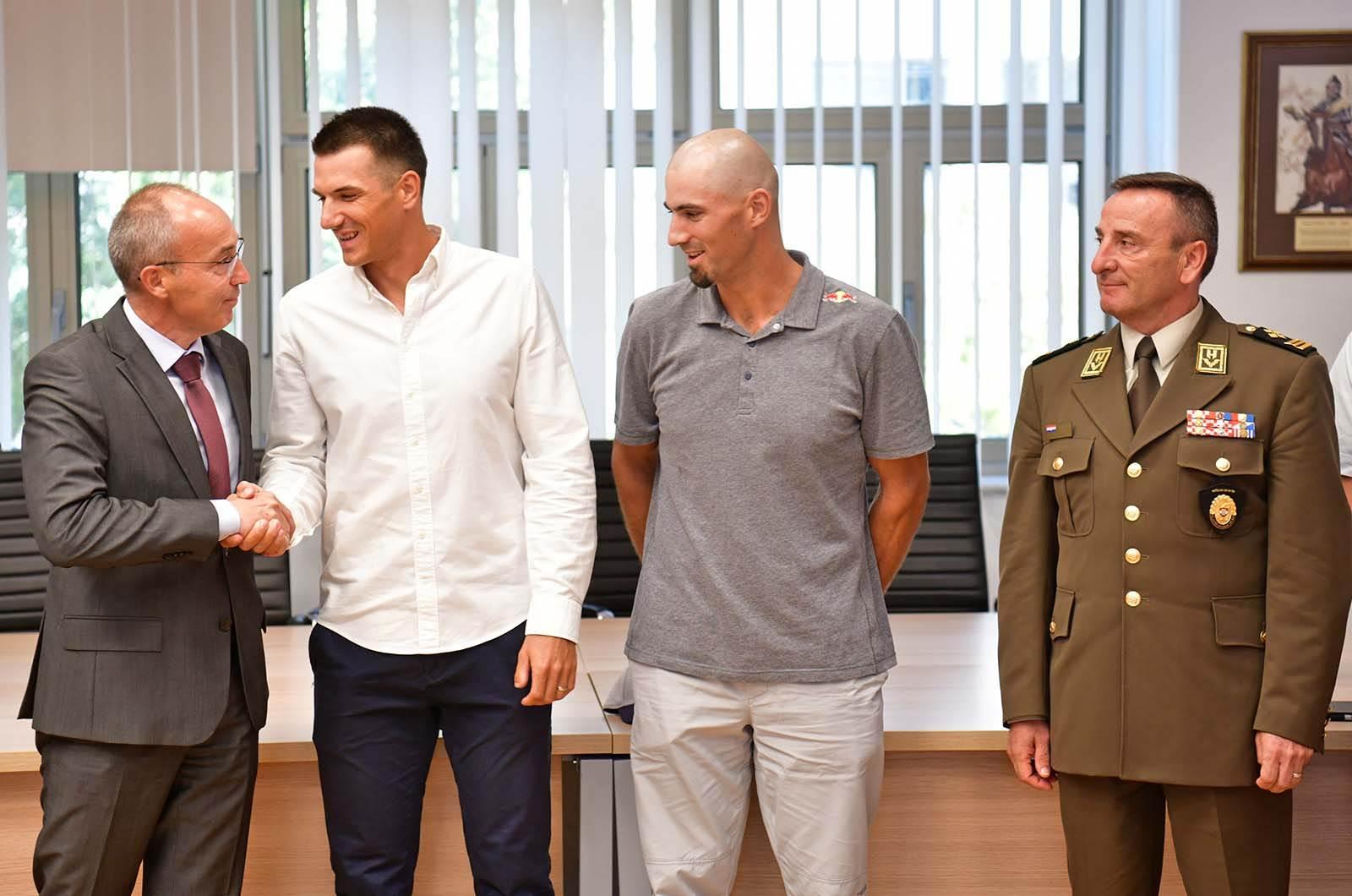Braća Sinković s ministrom Krstičevićem i generalom Šundovom