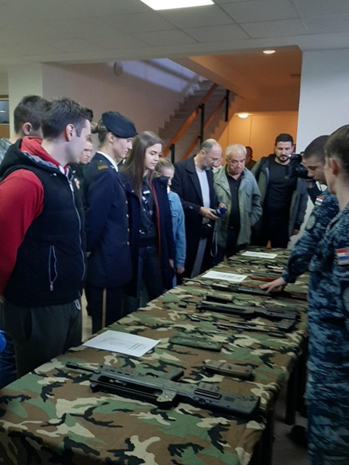Posjetitelji su imali priliku razgledati vojarnu, sportske terene, smještajne objekte te učionice i kabinete u kojima se provodi nastava i obuka