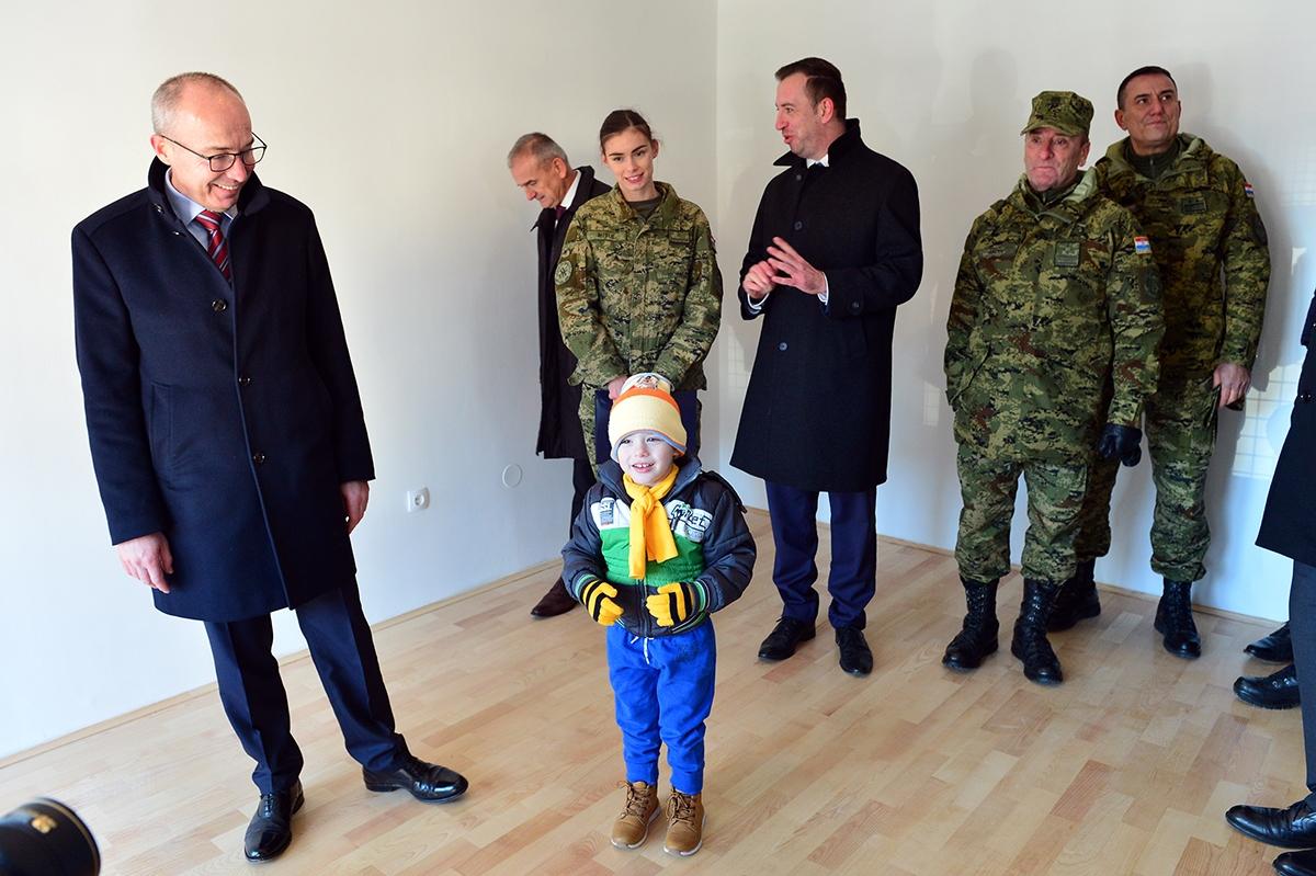Dodjela ključeva stanova višestambenog objekta trojici pripadnika Gardijske mehanizirane brigade Hrvatske kopnene vojske   Foto: MORH / J. Kopi