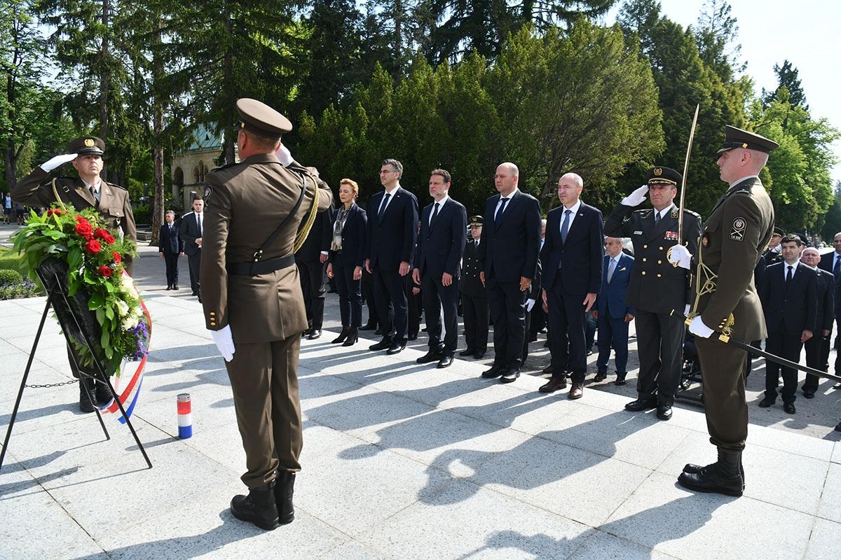 Povodom obilježavanja 28. obljetnice formiranja Oružanih snaga RH, Dana Hrvatske vojske i Dana HKoV-a položeni vijenci i zapaljene svijeće
