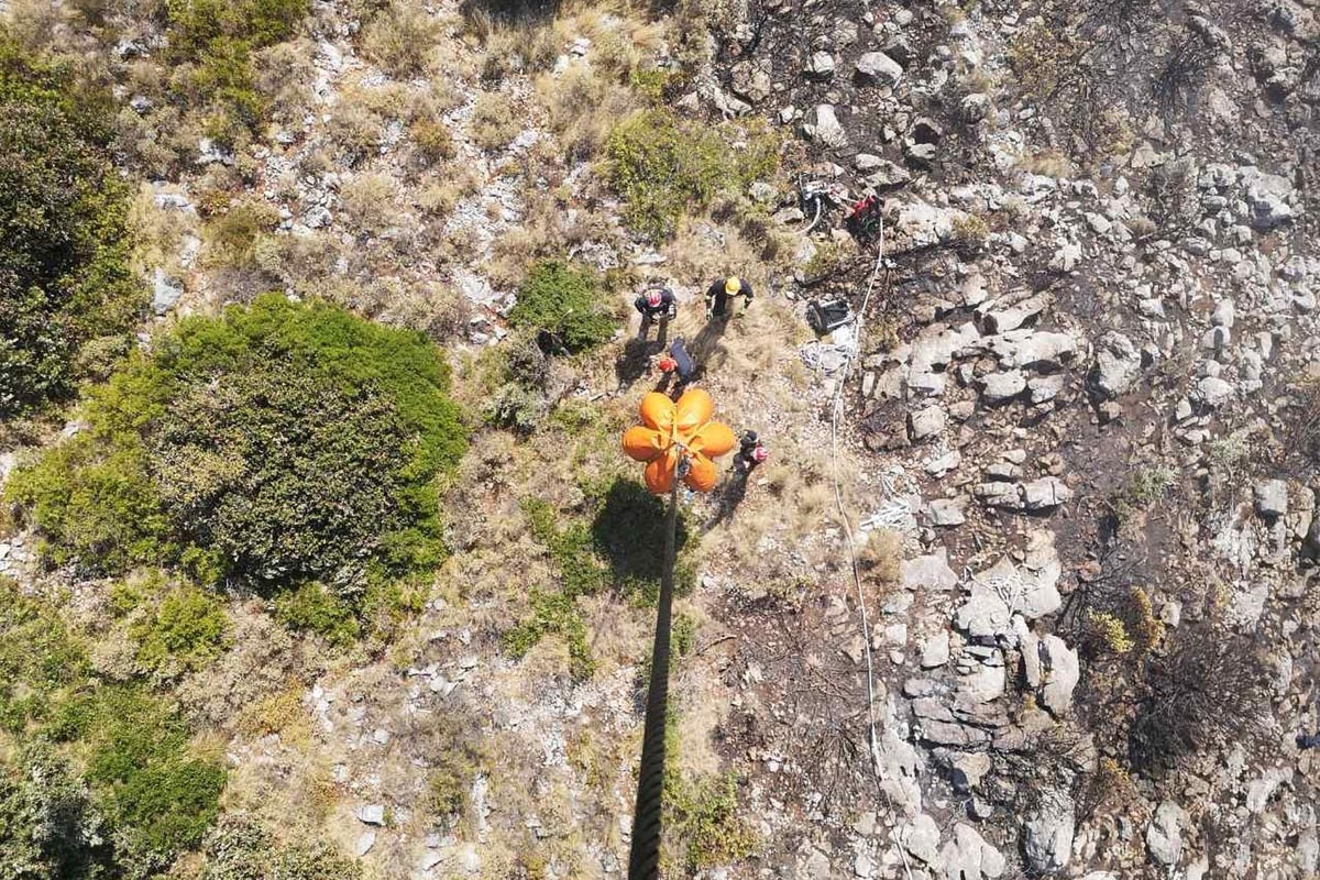Helikopter HRZ pruža potporu vatrogascima na Braču