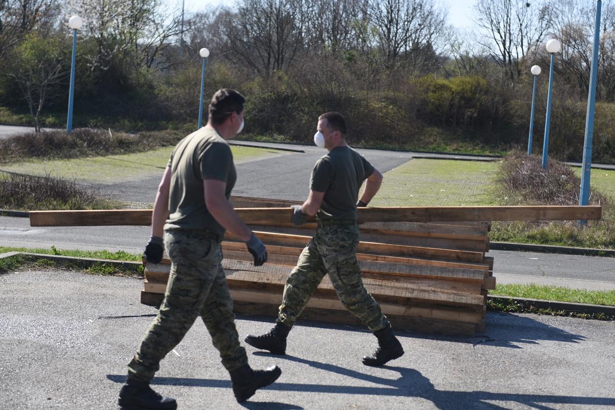 Hrvatska vojska podiže ekspedicijski kamp i šatore ispred KB Dubrava