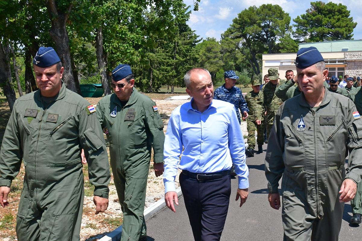 Ministar obrane obišao je radove na Središtu za razvoj vođa, ljetni kamp kadeta i upoznao se s angažmanom protupožarnih snaga u PP sezoni