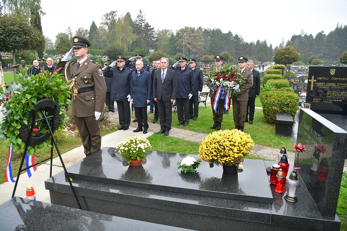 Ministar Krstičević položio vijence na zagrebačkom groblju Mirogoj