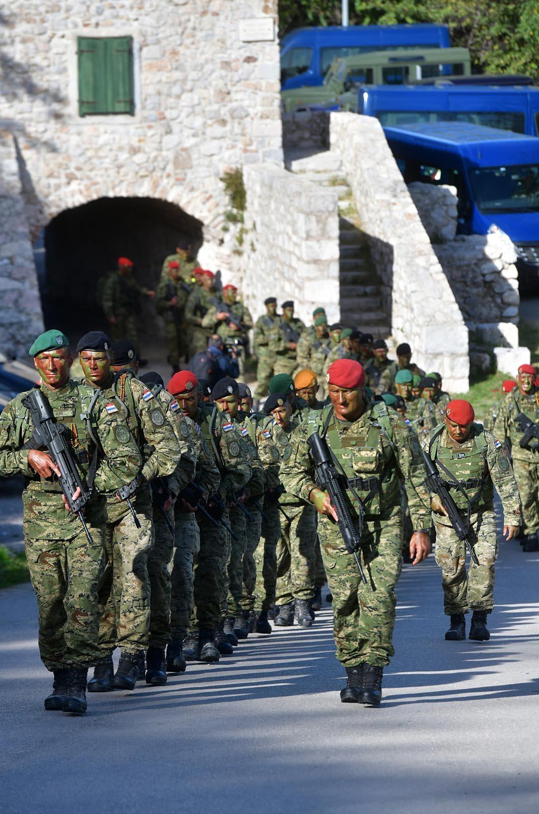 Novim vođama HV-a uručene značke i diplome na Kninskoj tvrđavi