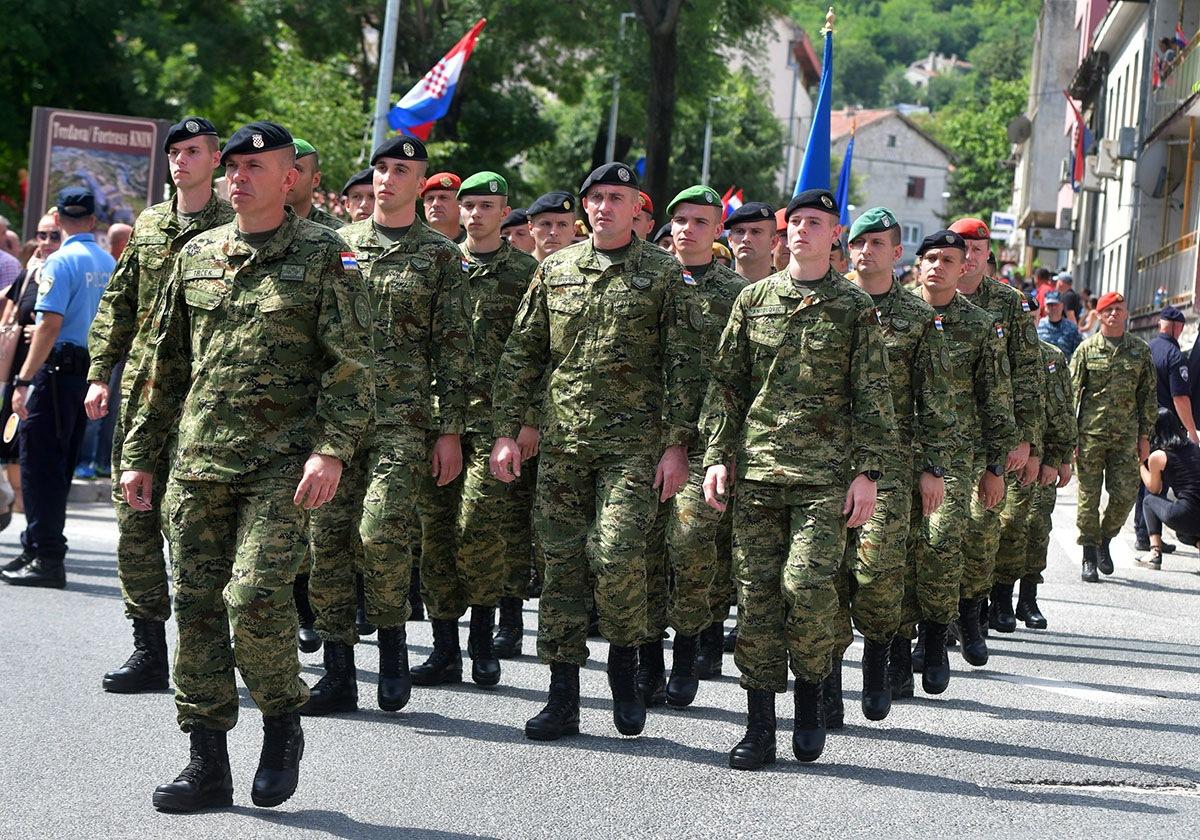 Krila Oluja preletom iznad Kninske tvrđave odala su posebnu počast preminulom pripadniku Hrvatske vojske Josipu Briškom