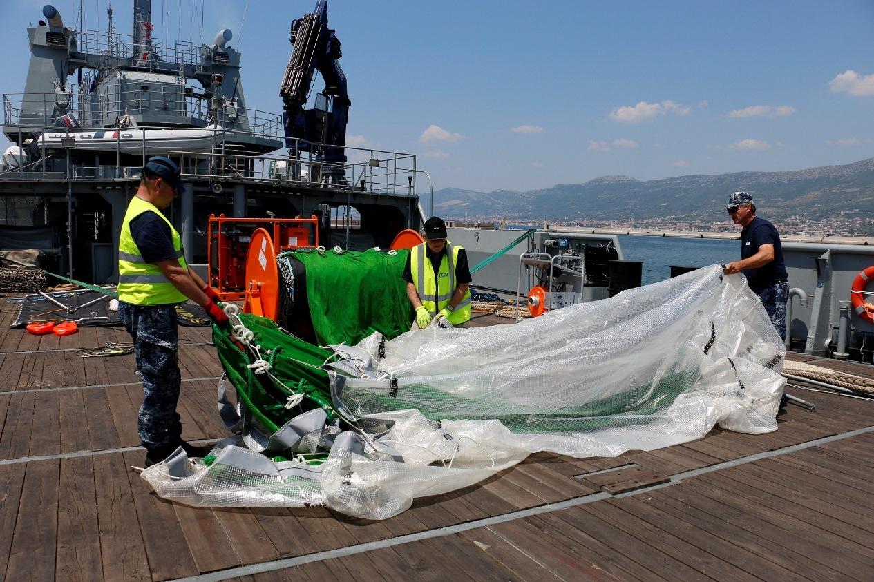 """U Hrvatskoj ratnoj mornarici, na brodu SB-73 Faust Vrančić"""", provedena je obuka za rad s opremom za suzbijanje uljnog onečišćenja mora. Obuka se provodila u akvatoriju Kaštelanskog zaljeva te u luci Lora ,od 3. do 4. srpnja 2019.Istoj je nazočio predstavnik  Europske Agencije za pomorsku sigurnost (EMSA), koja je ujedno i vlasnik opreme, potom Ministarstva mora, prometa i infrastrukture (MMPI) te, u svojstvu instruktora, predstavnici proizvođača opreme.Riječ je opremi """"Ro-Trawl"""", namijenjenoj za prikupljanje teških ulja velike gustoće te """"Current Buster 6"""" opremi, koja je namijenjena za prikupljanje sirove nafte i ulja sličnog viskoziteta koja se mogu ispumpavati. Vrhunska kvaliteta ove opreme višekratno je potvrđena u praksi, u operacijama čišćenja mora od razlivenih ulja.Temeljem Sporazuma između MMPI i EMSA-e oprema je ustupljena na korištenje Republici Hrvatskoj te je krajem lipnja iz Italije dopremljena u Split i uskladištena u vojarni """"Admiral flote Sveto Letica Barba""""."""