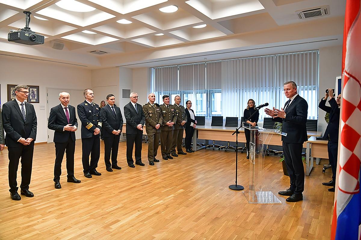 Bivši ministar Republike Austrije Mario Kunasek odlikovan je Redom kneza Trpimira s ogrlicom i Danicom | Foto: MORH / T. Brandt