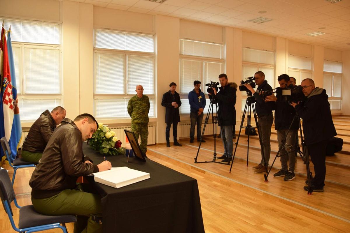 Otvorene Knjige žalosti za poginule pilote Baturinu i Klarina u Zemuniku| Foto: HRZ / M. Karačić
