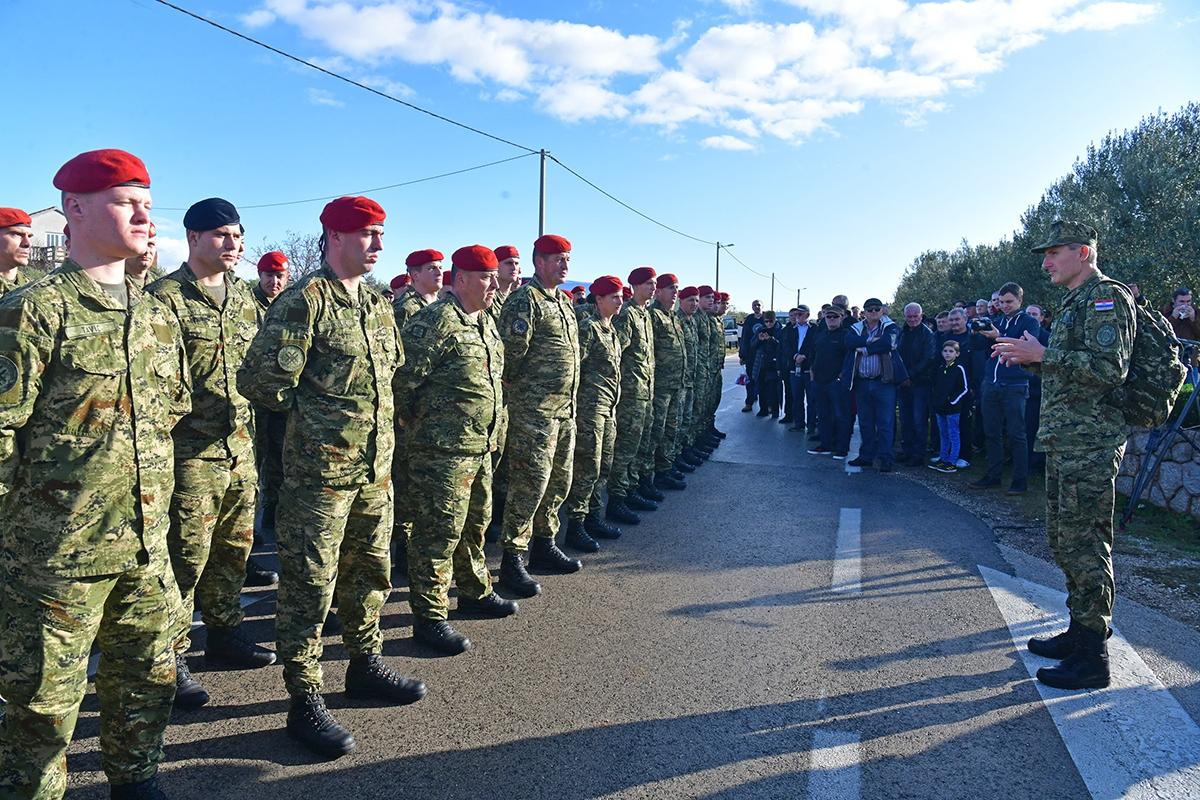 Žrtvama Škabrnje i ove godine 18. studenog došli su se pokloniti brojni mještani, branitelji, pripadnici Hrvatske vojske i prijatelji iz cijele Hrvatske   Foto: MORH / T. Brandt