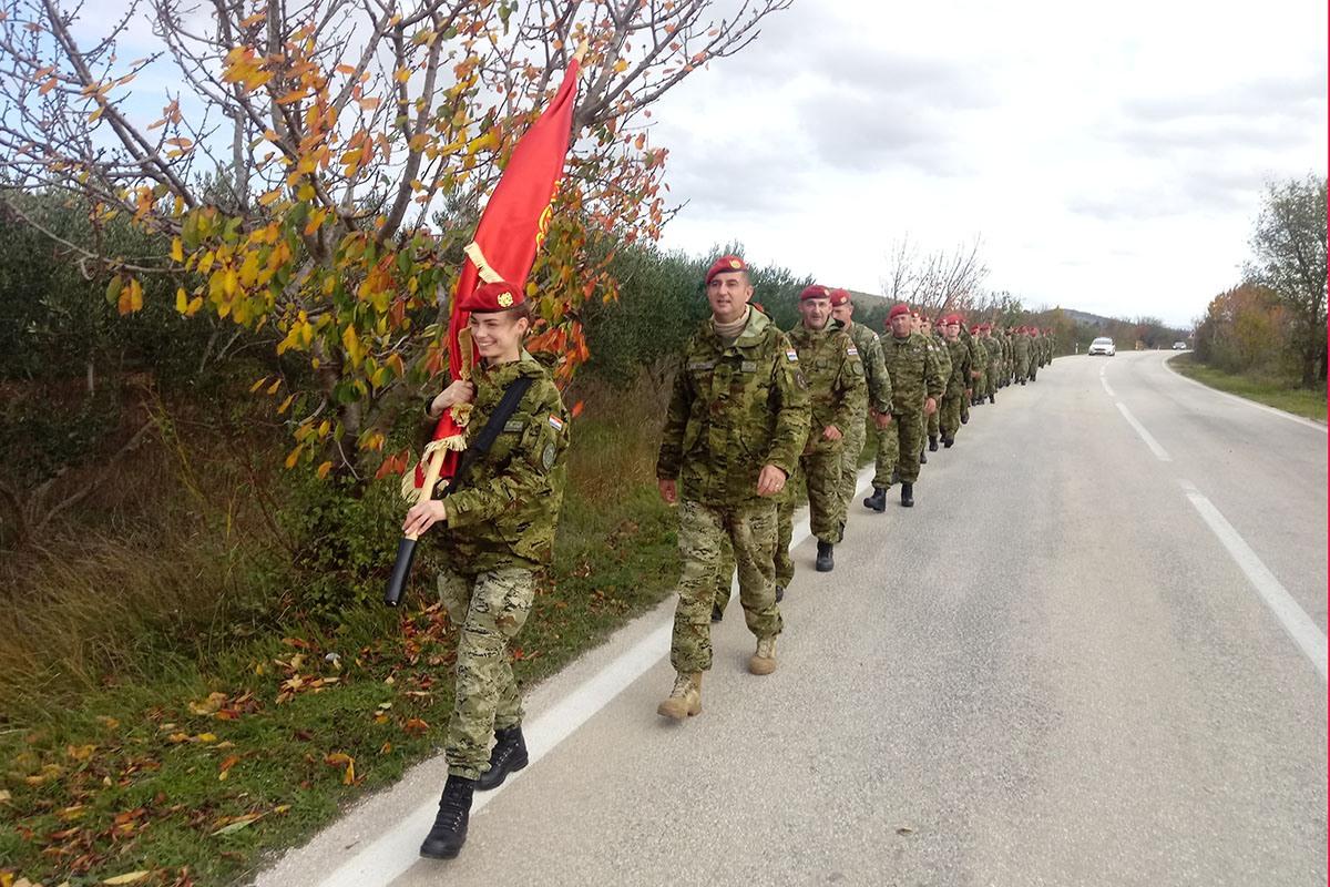 Pripadnici bojne Pauci uspješno su završili drugu etapu hodnje od Knina do Benkovca   Foto: HV D. Sertić