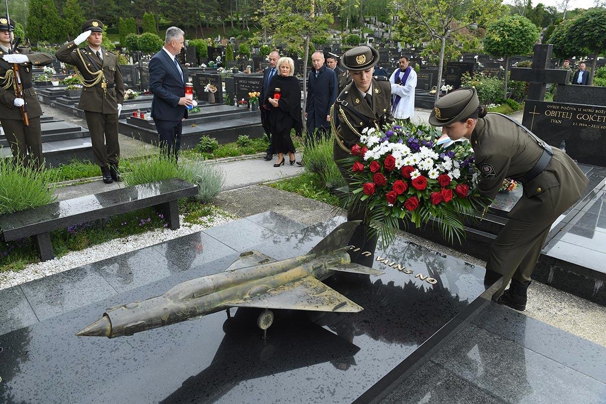 Obitelj pokojnog pilota Rudolfa Perešina, izaslanstvo MORH-a i GS OSRH položili vijence i zapaliti svijeće na posljednjem počivalištu Rudolfa Perešina, na zagrebačkom Gradskom groblju Mirogoj