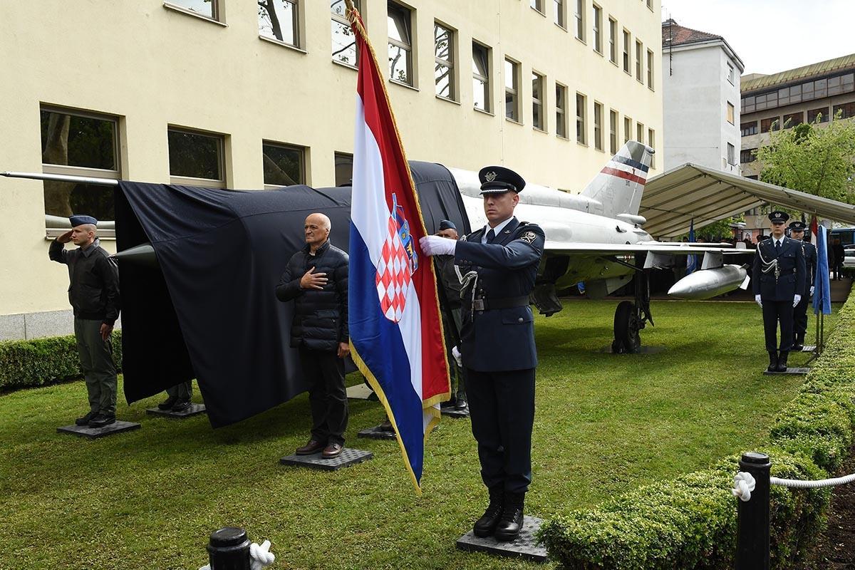 Perešinov MiG-21 otkriven ispred MORH-a