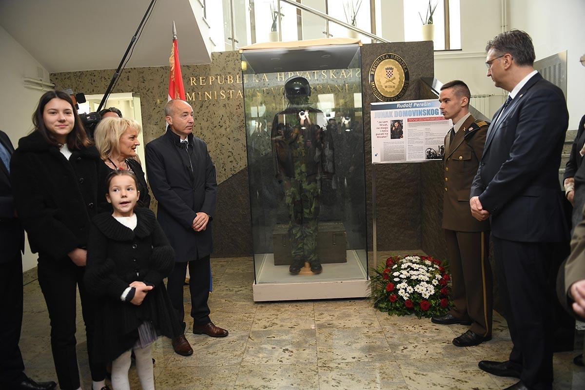 U predvorju MORH-a izloženo je originalno pilotsko odijelo legendarnog hrvatskog pilota, stožernog brigadira Rudolfa Perešina