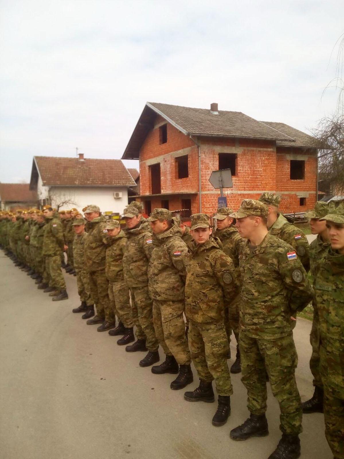 Povratak vojnika iz poplavljenih područja u svoje postrojbe