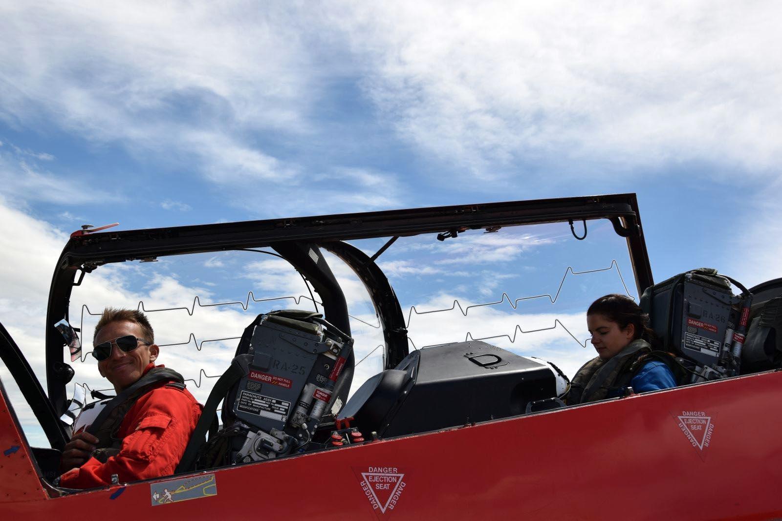 """Akrobatska grupa Hrvatskog ratnog zrakoplovstva """"Krila Oluje"""" i akrobatska grupa Ujedinjene Kraljevine Velike Britanije i Sjeverne Irske RAF (Royal Air Force) """"Red Arrows"""" izveli su u petak, 31. svibnja 2019. pozdravni prelet iznad zadarskog kanala u sklopu drugog ovogodišnjeg posjeta """"Red Arrowsa"""" """"Krilima Oluje"""".Jedinstvenu formaciju od ukupno 16 aviona (6 hrvatskih Pilatusa PC-9M i 10 britanskih aviona BAE HAWK T-1) predvodio je vođa """"Krila Oluje"""" satnik Darko Belančić."""