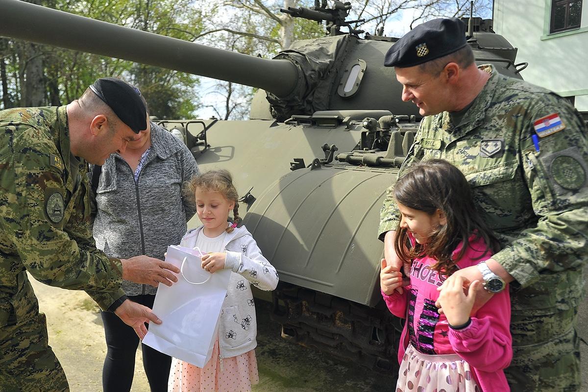 """Pripadnici Gardijske oklopno-mehanizirane brigade Hrvatske kopnene vojske tijekom travnja 2019. godine provode akciju """"Vojne solidarnosti"""" čiji je cilj pomoć lokalnoj zajednici."""