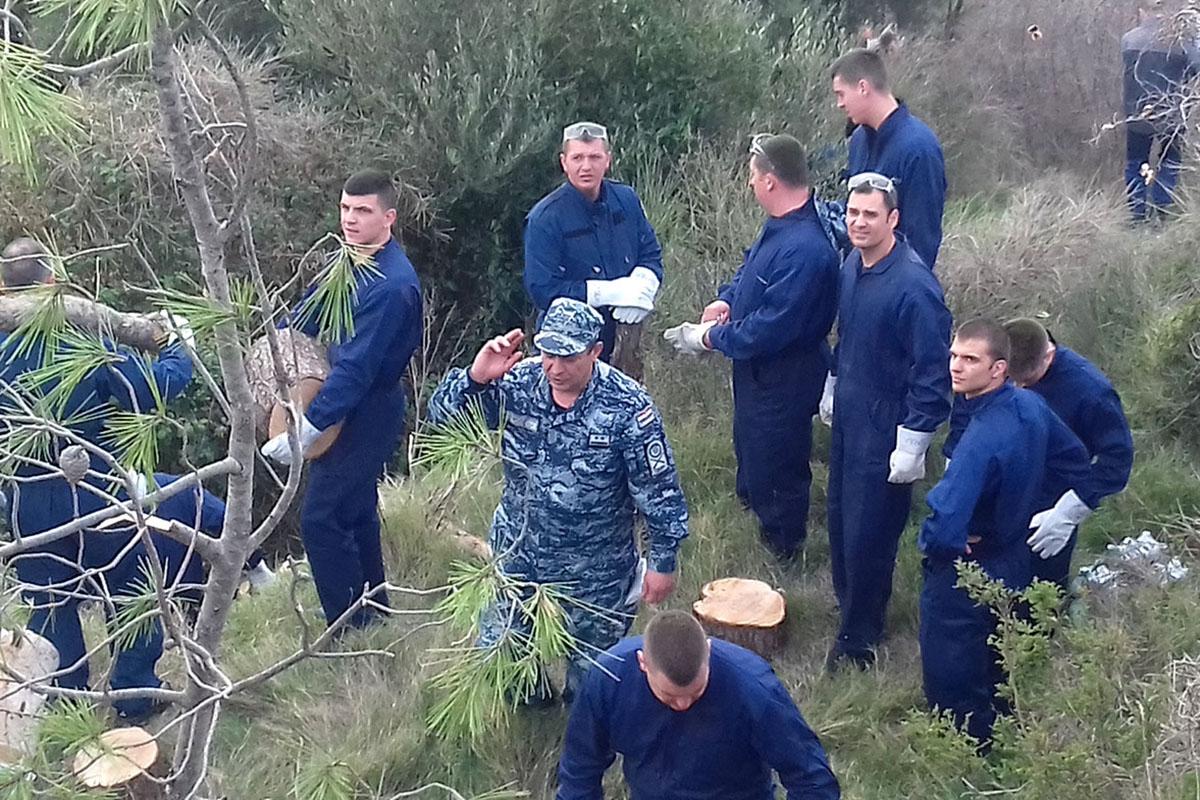 Pripadnici HRM-a pomažu u sanaciji terena na Marjanu u Splitu