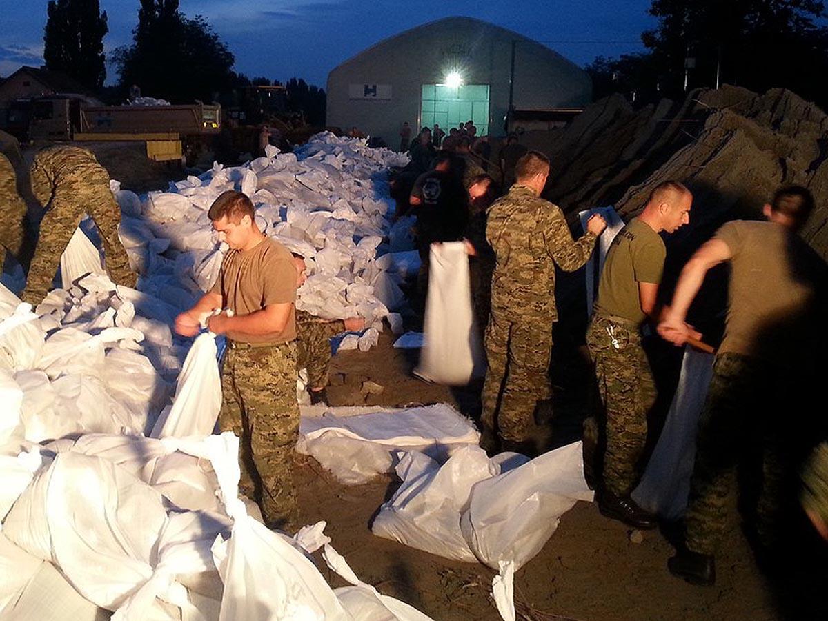 Pripadnici OSRH pune vreće s pijeskom kod Osijeka