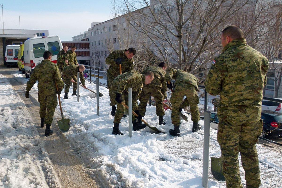 Pripadnici OSRH čiste snjeg  u Splitu