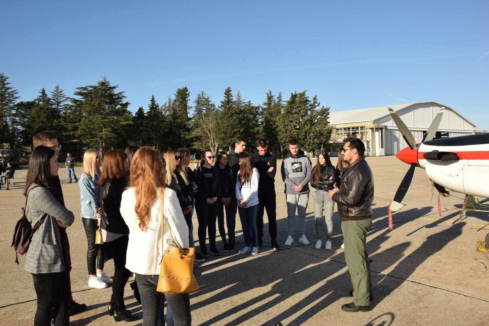 Srednjoškolci iz Drniša posjetili bazu u Zemuniku