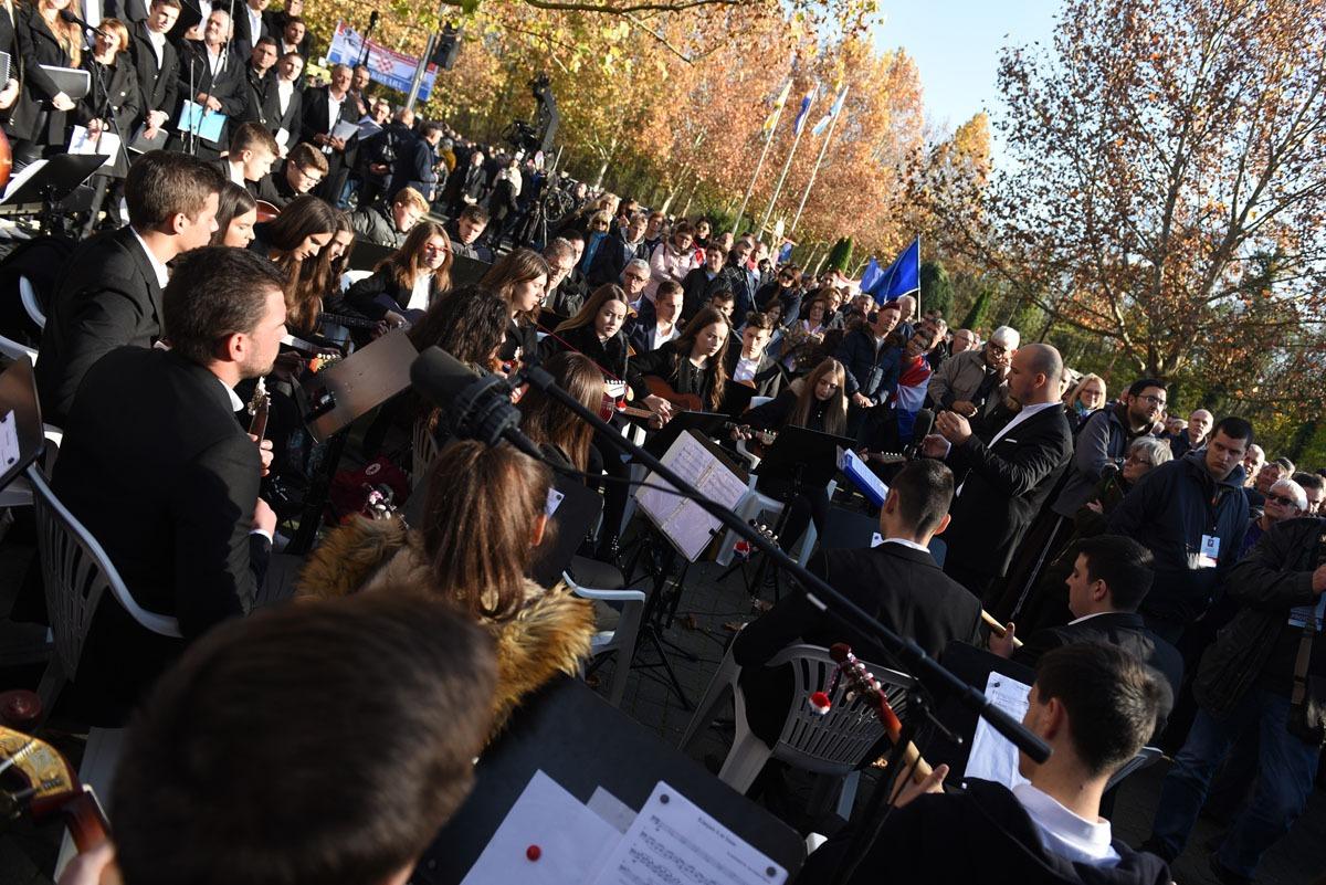 Tisuće ljudi odalo počast žrtvi Grada Heroja - Vukovara