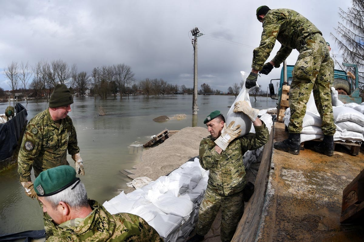 U Mostanju i Maloj Švarči u obrani od poplava pomaže 100 vojnika