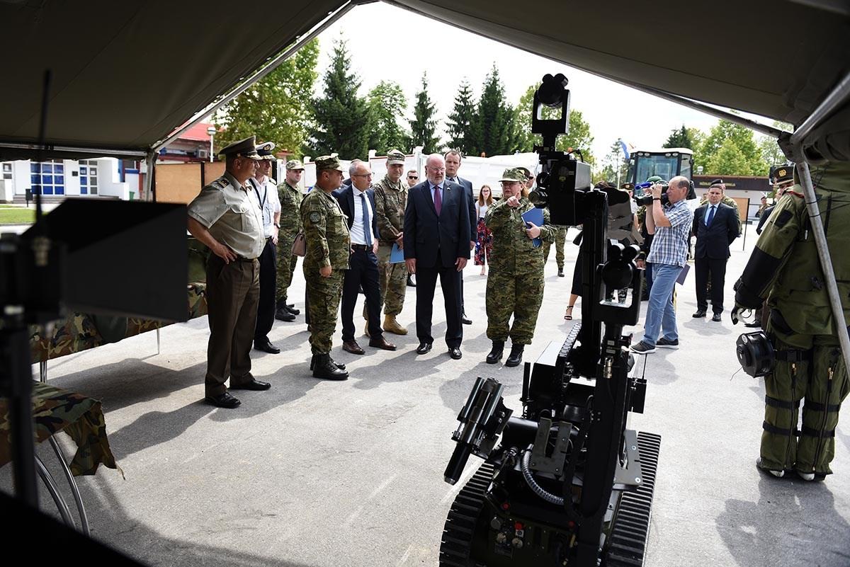 Vlada SAD-a donirala HV-u kamione i inženjerijski stroj