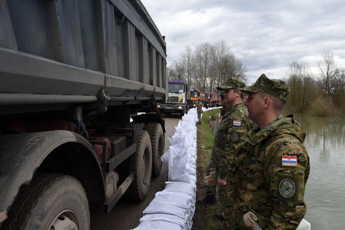 Vojska u obrani od poplava u Jasenovcu, Letovaniću i Karlovcu