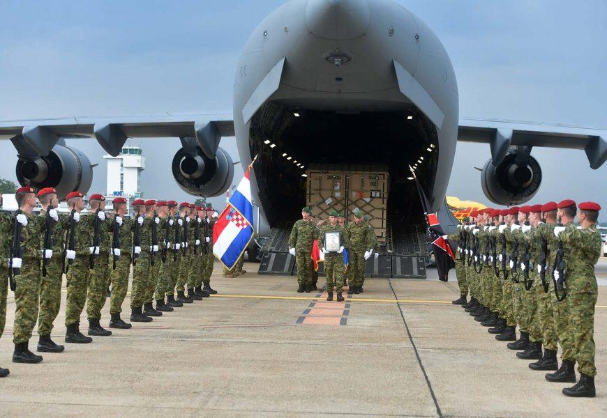 Doček preminulog hrvatskog vojnika uz vojne počasti