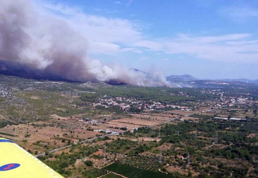 Šest protupožarnih aviona gase požare kod Šibenika i Drniša
