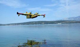 Četiri protupožarna aviona gase požar kod Šibenika