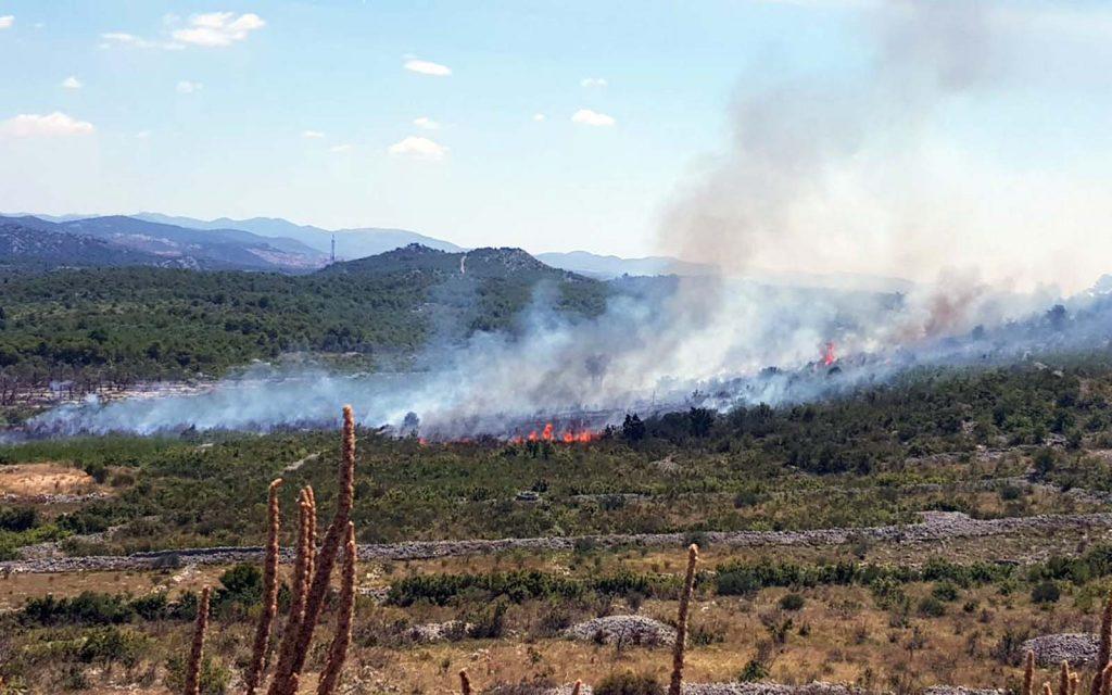 Zračne snage gase požar kod Vodica