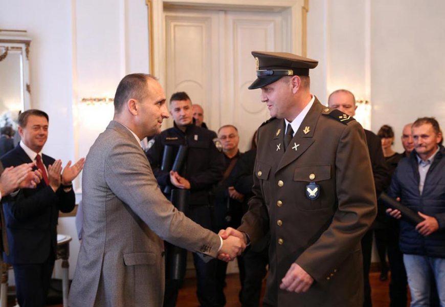 """Narednik Fišer primio """"Povelju humanosti"""" u Osijeku"""
