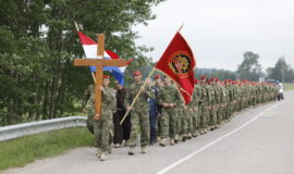 Hodočašće pripadnika 2. HRVCON-a na Brdo križeva u Litvi